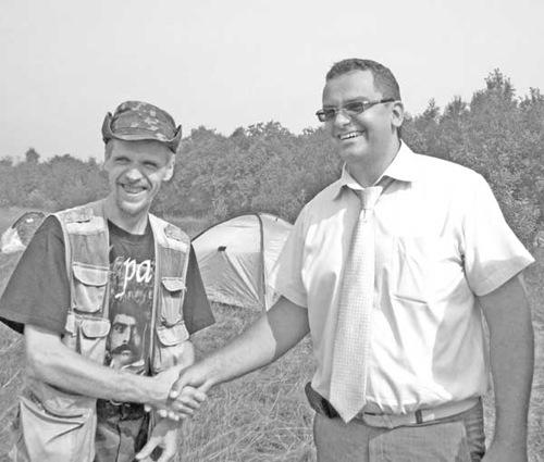 рукопожатие главы администрации В.В.Елиферова и директора лагеря А.В.Серкина