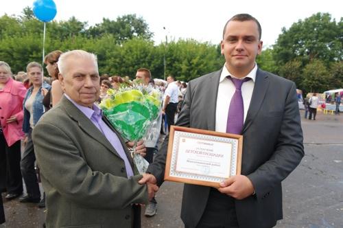 В. В. Елиферов вручает сертификат А. Н. Кружкову