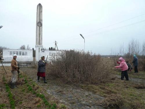 Субботник у Обелиска в Ручковском с. п.